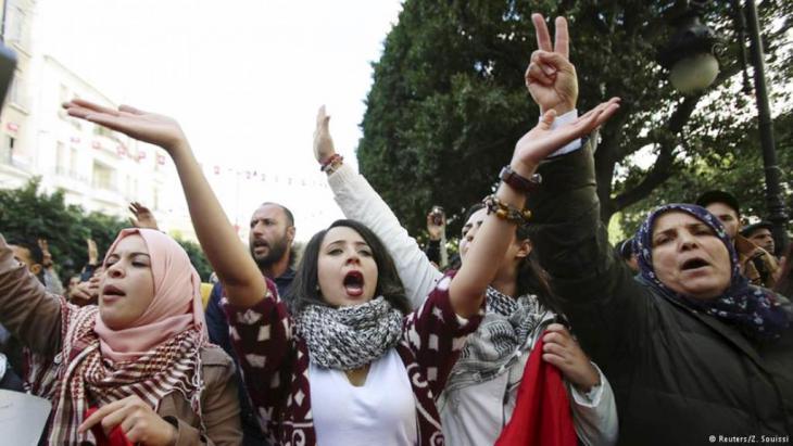 تونسيات يتظاهرن ضد الفساد ويطالبن بمزيد من الإصلاح. الصورة: رويترز، ز السوسي