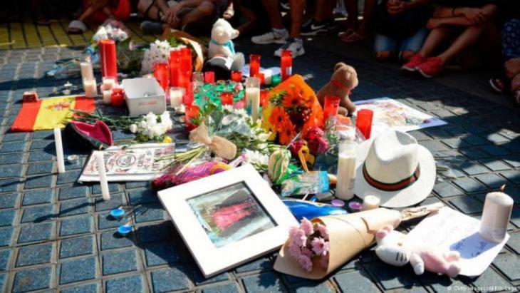 شارك أهالي برشلونة الأحد في قداس في كاتدرائية ساغرادا فاميليا (العائلة المقدسة) تكريما لضحايا الاعتداءين في مقاطعة كاتالونيا بإسبانيا، حيث كشفت الشرطة تفاصيل حول المهاجمين الذين كانت في حوزتهم 120 قارورة غاز.