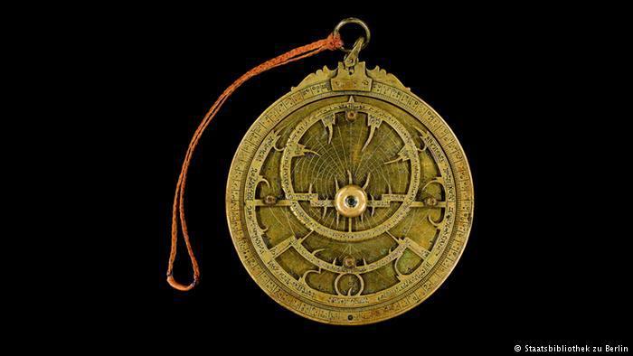 آلة لتحديد مواقع النجوم. وهذا الإسطرلاب صنعه عالم مسلم في عام 1029 بطوليدو.  Foto: Staatsbibliothek zu Berlin