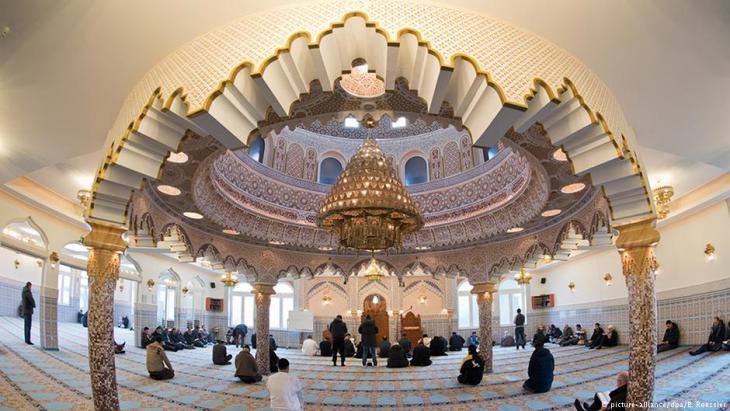 مسلمون في مسجد أبو بكر في فرانكفورت الصورو بيكتشر اليانز