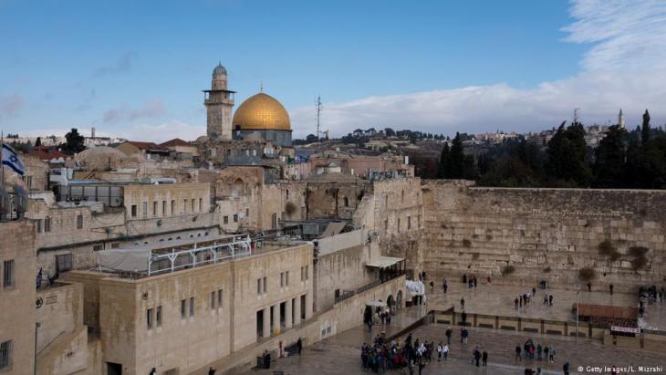 منظر لأماكن دينية مقدسة في مدينة القدس القديمة: حائط المبكى والمسجد الأقصى. Foto: Getty Images
