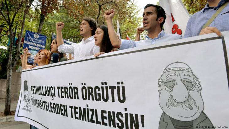 احتجاجات الطلاب ومؤيدي حزب العدالة والتنمية ضد حركة كولن في يوليو/ تموز 2016 في أنقرة. Foto: DEM ALTAN/AFP/Getty Images