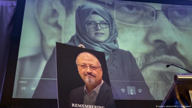 خديجة جنكيز خطبية الصحفي السعودي جمال خاشقجي التركية وهي تحمل صورته.