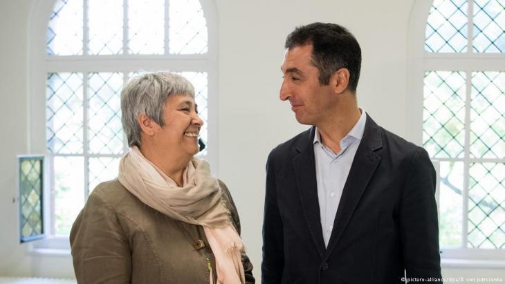 سياسي حزب الخضر الألماني جيم أوزدمير،  والمحامية سيران أتيش (على اليسار في الصورة).  Foto: picture-alliance/dpa