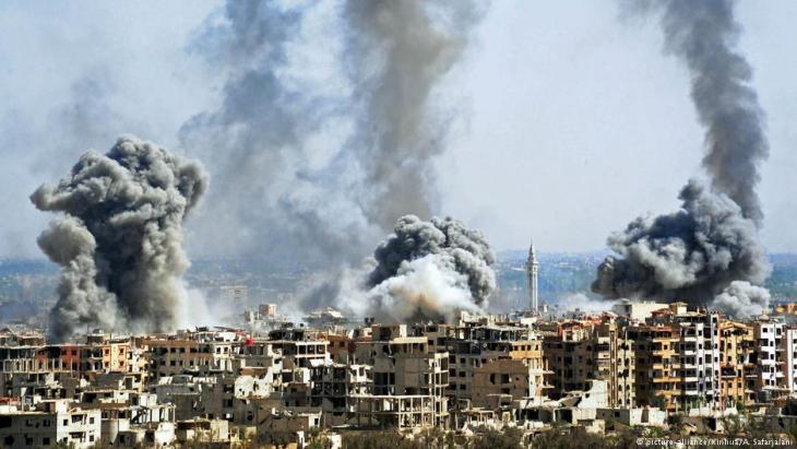 قصف بلدة دوما في دمشق - أبريل / نيسان 2018.  Foto: picture-alliance/Xinhua