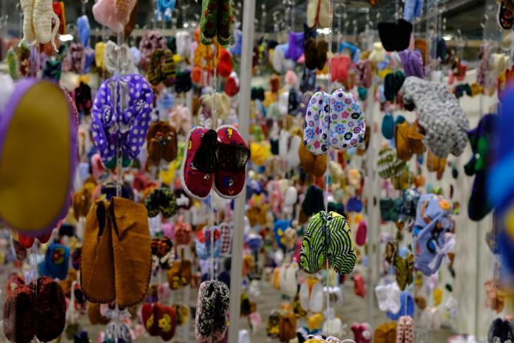 تركيب فني في برلمان أديان العالم لعام 2018 في مدينة تورونتو الكندية: جوارب وأحذية أطفال ترمز لآلاف الفتيات المفقودات. Foto: Stefan Weidner