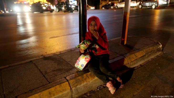 فتاة لاجئة سورية تبيع المناديل في بيروت - لبنان 2015.  (photo: Getty Images/AFP/J. Eid)