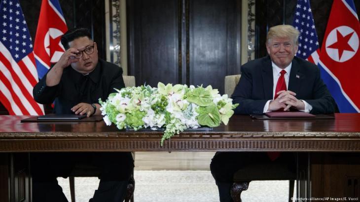 دونالد ترامب وكيم يونغ أون في 12 يونيو / حزيران 2018 في قمة كوريا الشمالية في سنغافورة. Foto: picture-alliance/AP