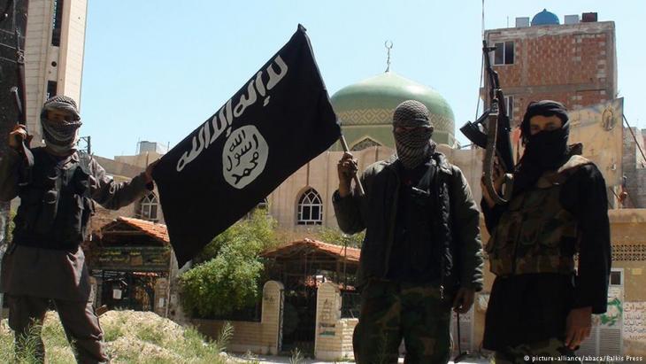 """مقاتلون من تنظيم """"الدولة الإسلامية""""، داعش، في ربيع عام 2015 في إحدى ضواحي العاصمة السورية دمشق.  Foto: dpa/picture-alliance"""
