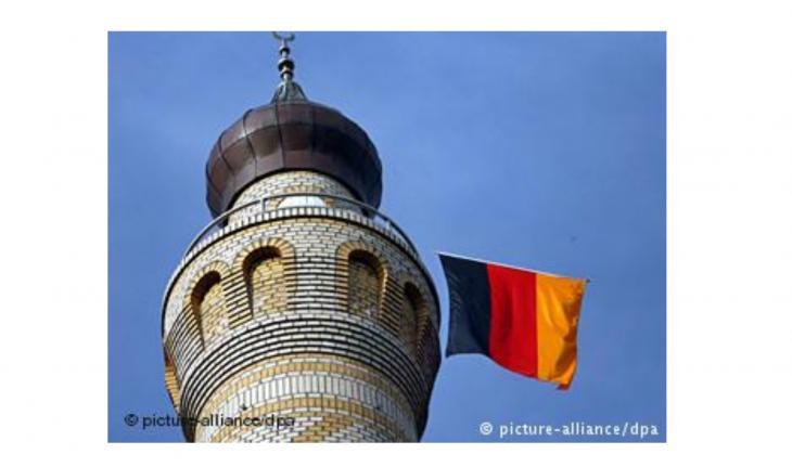 مسجد على منارته العلم الألماني.