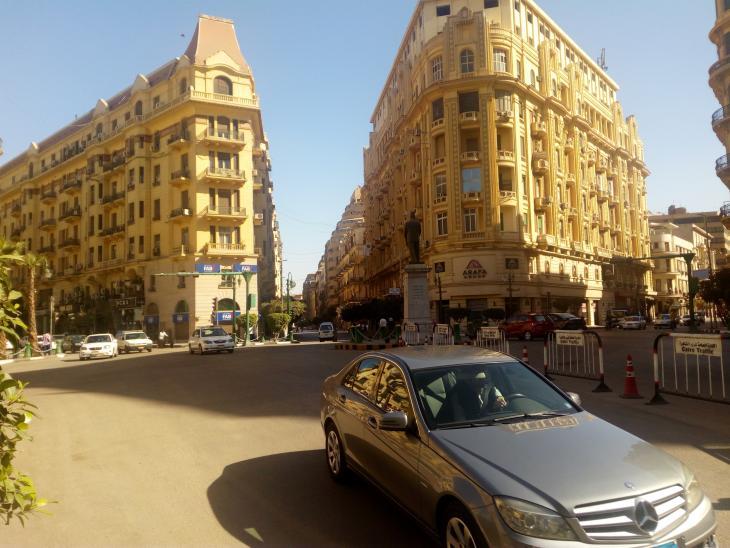 ميدان طلعت حرب - بالقرب من هنا تقع عمارة يعقوبيان الشهيرة - القاهرة - مصر. الصورة: ملهم الملائكة