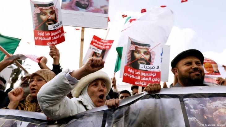تونسيون محتجون على زيارة ولي العهد السعودي محمد بن سلمان إلى تونس 2018.  (photo: Reuters/Z. Souissi)