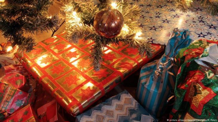 هدايا عيد الميلاد تحت شجرة الميلاد.Foto: picture-alliance/dpa