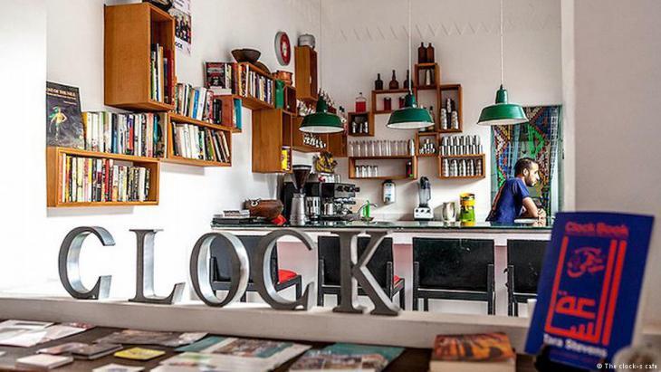 """في فاس بالمغرب، أو """"المدينة العلمية"""" كما توصف، وبالتحديد في حيها القديم، توجد """"مقهى الساعة"""". وهي مقهى لمستثمر أجنبي جاء إلى البلد، لينشئ مقهى-مطعم، وبعد ثلاث سنوات يقيم مكتبة داخله لتصير ركنا معروفا لدى مدمني الكتب بهذه المدينة وخارجها."""