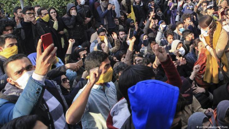 احتجاجات ضد خامنئي والقيادة السياسية الإيرانية في طهران. Foto: picture-alliance/AP