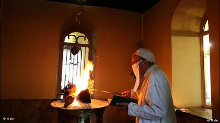 عنصر النار يمتلك دورا أساسيا في الديانة الزرادشتية.; Quelle: Mehr