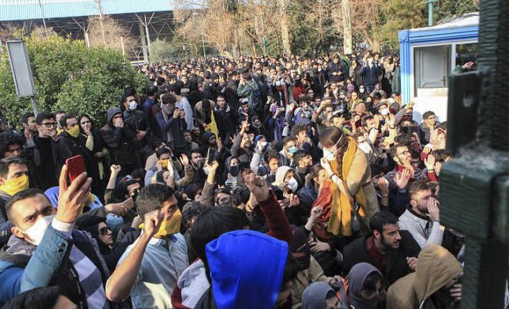 احتجاج الطلاب في 30 ديسمبر/ كانون الأول 2017 في الحرم الجامعي في طهران. Foto: dpa