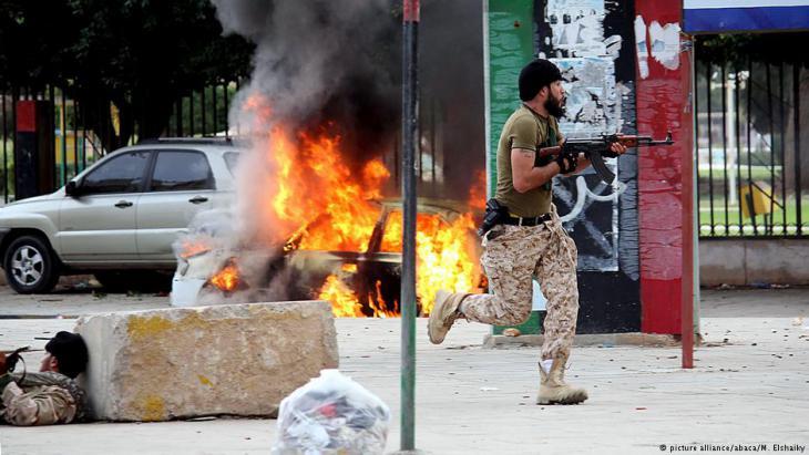 Straßenkämpfe zwischen Einheiten der libyschen Armee und Milizen im November 2013 in Benghasi; Foto: picture-alliance/abaca