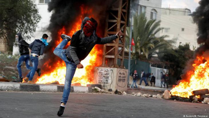 احتجاجات شباب فلسطينيين على اعتراف ترامب بالقدس عاصمة لإسرائيل. Foto: Reuters