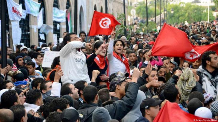 """تحتفل تونس بالذكرى السابعة لـ""""ثورة الياسمين"""" التي أسقطت الديكتاتور بن على، لكن أجواء الفرح غابت عن البلاد وألهبت الاحتجاجات مجددا المشهد السياسي، ما دفع الحكومة إلى إطلاق مشاريع اجتماعية علّها تطمئن الشارع."""