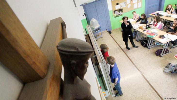 صورة صليب معلقة في صف دارسي بمدرسة ماريا فارد الثانوية الكاثوليكيية بمدينة أوغسبورغ - ألمانيا. Foto: imago/epd