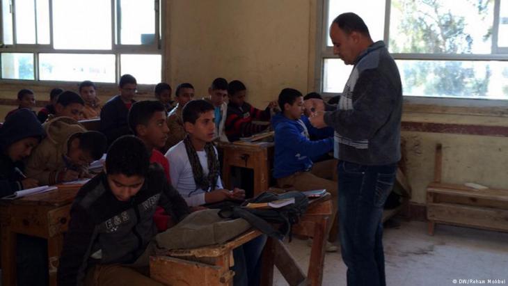 من طلاب المدارس العامة في صف دراسي بمحافظة الشرقية، مصر. (photo: DW/Reham Mokbel)