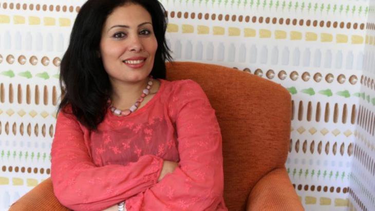 """ولدت منصورة عز الدين في عام 1976 بمنطقة دلتا النيل في مصر. درست الصحافة في جامعة القاهرة وعملت حتى آب/ أغسطس 2011 لدى صحيفة """"أخبار الأدب"""" إحدى أهم الصحف الأدبية في مصر."""