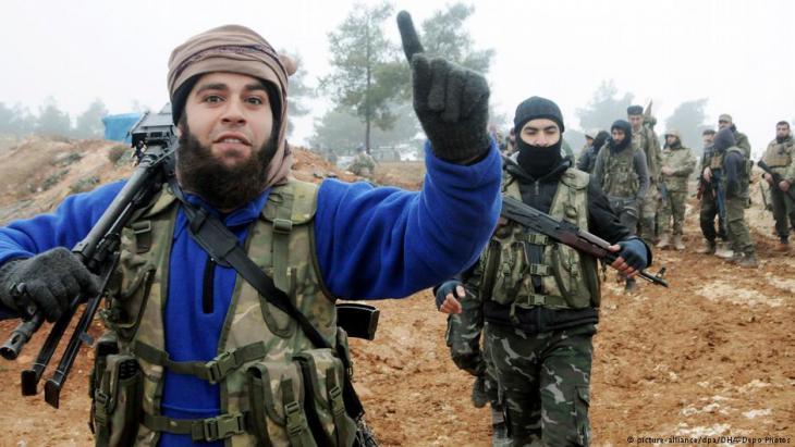 مقاتلون من الجيش السوري الحر ضمن القوات المساندة لتركيا في عملية عفرين.