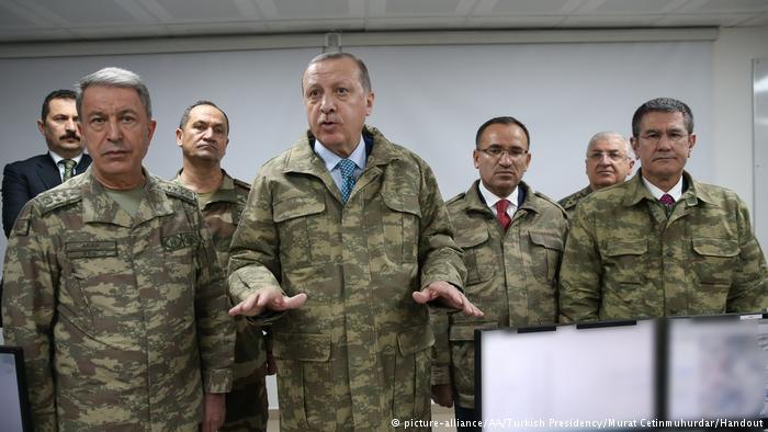 الرئيس التركي إردوغان في زيارة لقاعدة عسكرية تركية في هاتاي بالقرب من الحدود السورية. Foto: picture-alliance