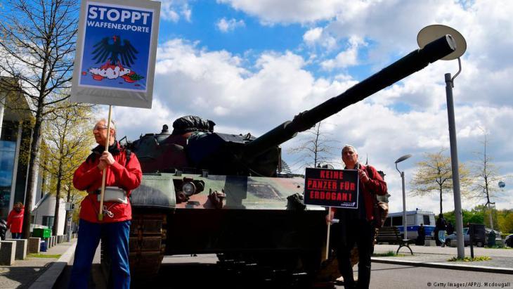 مظاهرة ضد صادرات الأسلحة الألمانية لإردوغان. Foto: AFP/Getty Images