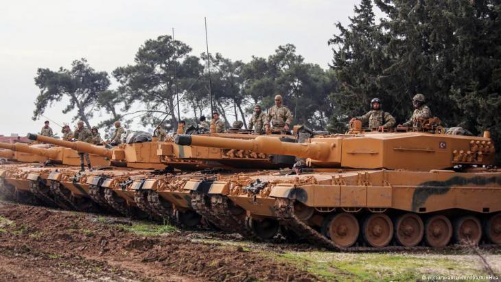 دبابات ليوبارد 2A4 ألمانية مستخدمة في سياق عملية غصن الزيتون، التي بدأتها القوات المسلحة التركية في 20 كانون ثاني/يناير 2018 في شمال سوريا. Foto: picture-alliance/dpa