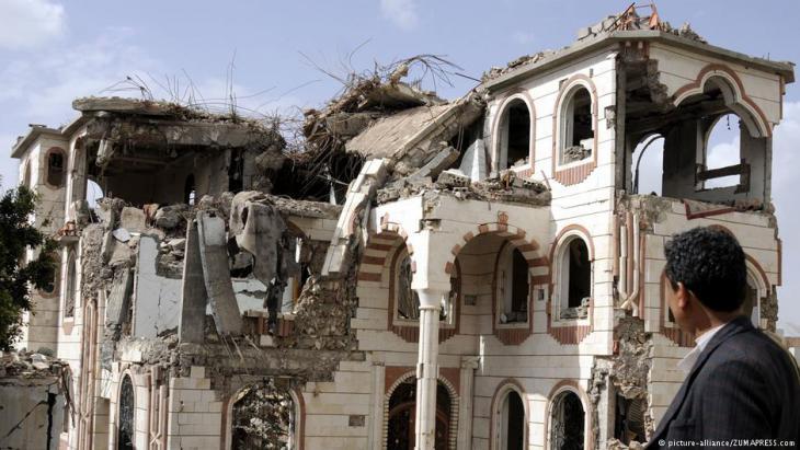 منازل دمرت من قبل مقاتلات حربية سعودية في العاصمة اليمنية صنعاء. Foto: picture-alliance/ZUMA PRESS
