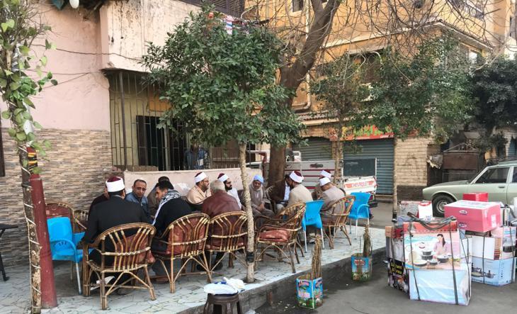 شيخ أزهري يلتقي في مقهى بسكان من حي الشرابية بالقاهرة. Foto: Karim El-Gawhary