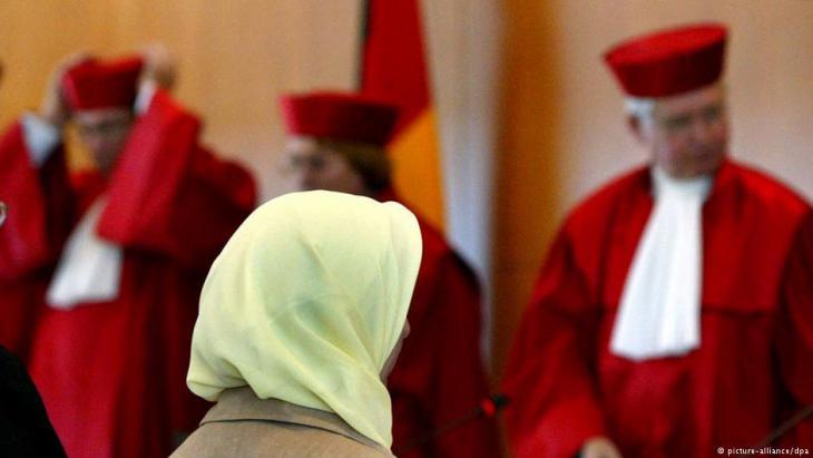 فيريشتا لودين، مدرسة مسلمة ومدافعة عن الحجاب في ألمانيا، وهي هنا في الصورة في المحكمة الدستورية الاتحادية الألمانية بمدينة كارلسروه بعد الحكم الصادر عن هذه المحكمة بتاريخ 24 / 09 / 2003. Foto: dpa/picture-alliance