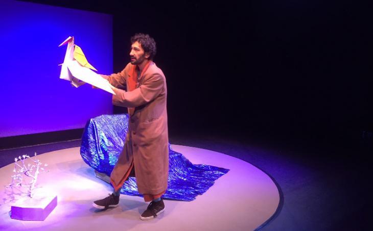 """صبحي شامي في مشهد من مسرحية """"العصفور في مكان آخر"""" للأطفال في ألمانيا عن اللاجئين والتي تعرض رحلة عصفور شاقة من سوريا إلى أوروبا. Quelle: Theater der Jungen Welt Leipzig"""