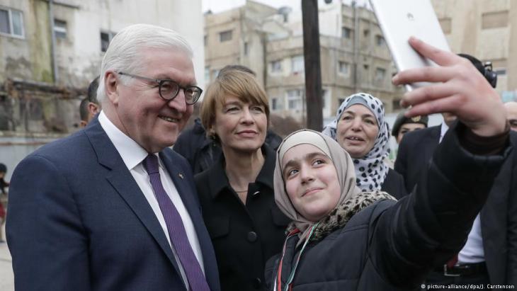 """أشاد الرئيس الألماني فرانك فالتر شتاينماير خلال محادثاته مع الملك عبد الله الثاني في عمان بسياسة اللجوء """"السخية"""" التي ينتهجها الأردن. وتناولت محادثات شتاينماير ملفات ساخنة أخرى، كما يزور مراكز للاجئين تمولها ألمانيا."""
