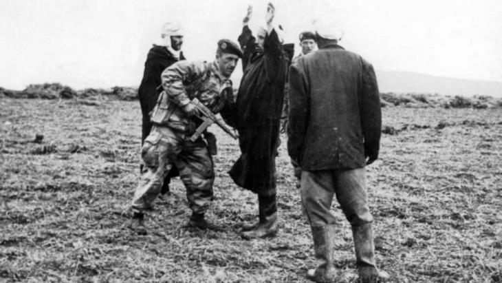 دورية فرنسية في الجزائر في تاريخ 21 / 01 / 1958 تفتش جزائريين بشبهة حمل أسلحة.