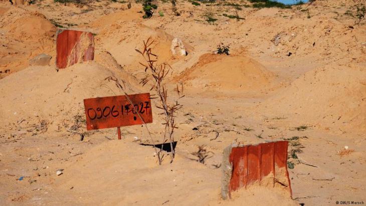 """""""مقبرة الغرباء"""" في تونس لجثث اللاجئين المجهولين - شمس الدين مرزوق متطوع تونسي لدفن ضحايا اللجوء إلى أوروبا.  Foto: DW"""