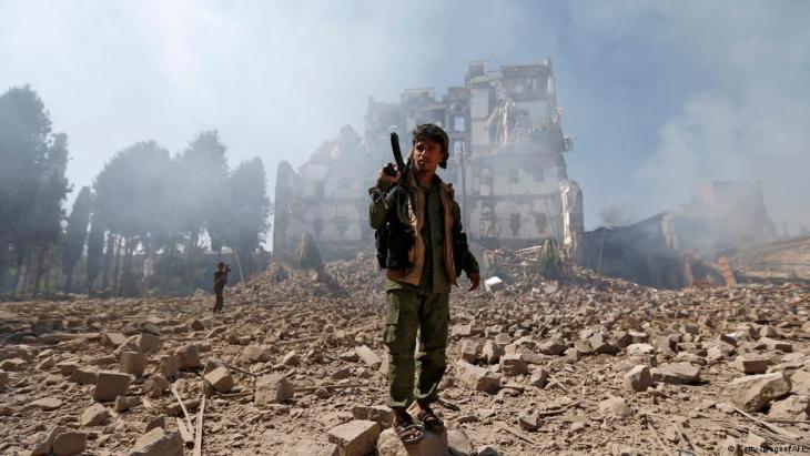 Huthi-Rebell nach einem Luftangriff der saudischen Militärallianz auf den Präsidentenpalast in Sanaa; Foto: Getty Images/AFP