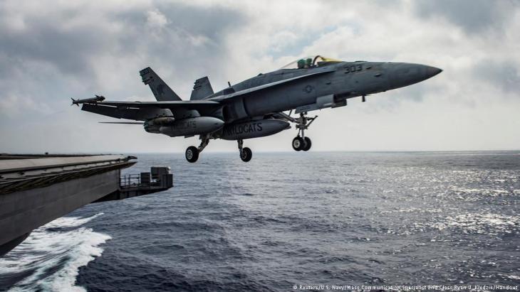 """مقاتلات أمريكية منطلقة من حاملة الطائرات الأمريكية في البحر الأبيض المتوسط للعمليات العسكرية ضد """"داعش"""" في سوريا.  Foto: Reuters/U.S. Navy"""