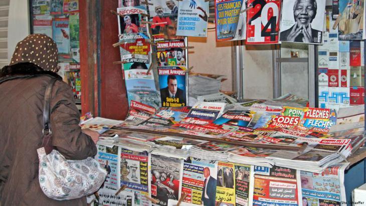 صحف وجرائد ومجلات في أحد أكشاك تونس.