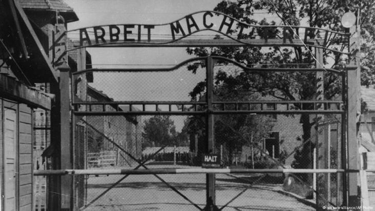 مدخل معسكر الاعتقال والإبادة النازية في أوشفيتز. Quelle: picture-alliance/AP