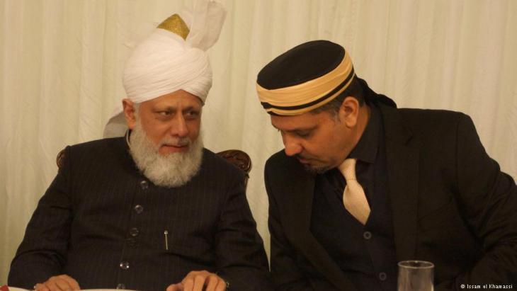 """في الصورة """"الخليفة الأحمدي الخامس"""" ميرزا مسرور أحمد مع زعيم الأحمدية  في المغرب"""