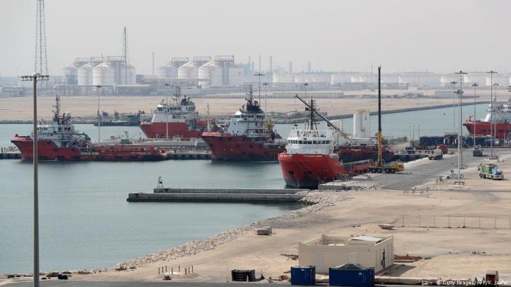 مدينة رأس لفان الصناعية، الموقع الرئيسي في قطر لإنتاج الغاز الطبيعي المسال وتحويل الغاز إلى سائل، بإدارة شركة قطر للبترول، على بعد حوالي 80 كيلومترًا (50 ميلًا) شمال العاصمة الدوحة ، في 6 فبراير / شباط 2017. Getty Images/AFP/K. Jaafar)