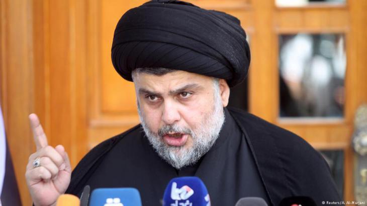 رجل الدين الشيعي مقتدى الصدر من مواليد 1973 وزعيم التيار الصدري وهو تيار شعبي شيعي كبير في العراق.