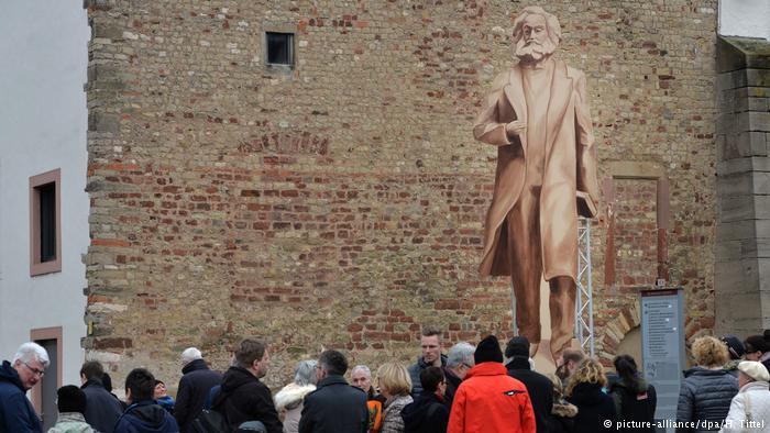 تمثال للمفكر الألماني كارل ماركس في مسقط رأسة بمدينة ترير الألمانية.