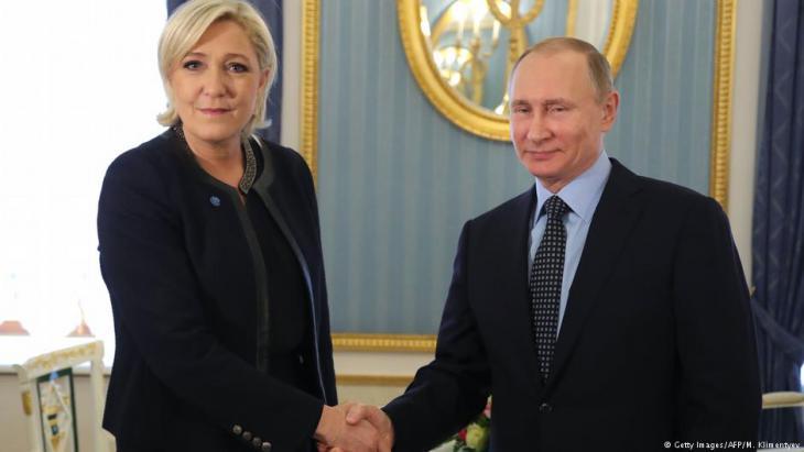 """استقبال الرئيس الروسي لرئيسة حزب """"الجبهة الوطنية"""" الفرنسي مارين لوبن وحفاوة  حظيت بها خلال زيارتها لموسكو عام 2017."""