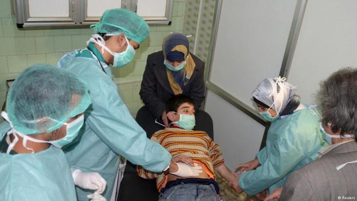 معالجة طفل سوري في ظل الحرب.