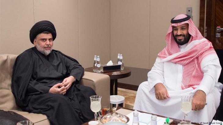 ولي العهد السعودي محمد بن سلمان في لقاء مع رجل الدين الشيعي والسياسي العراقي مقتدى الصدر في العراق.