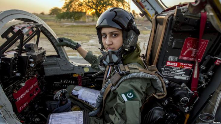 طيارة عسكرية قائدة باكستانية لطائرة حربية. Foto: Reuters